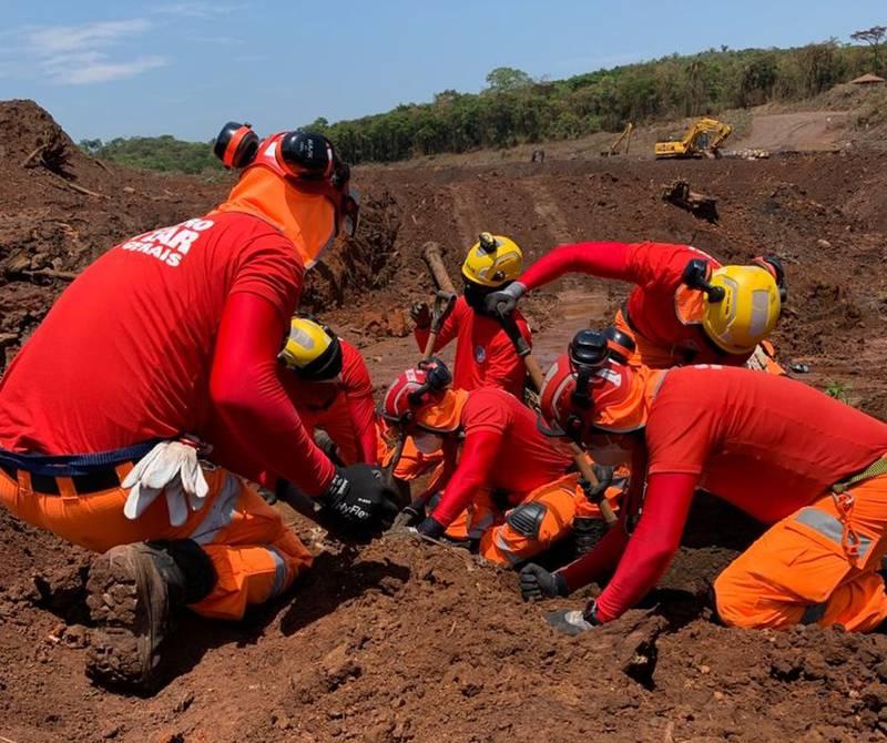 Bombeiros acharam mais um corpo na área da tragédia em Brumadinho, MG