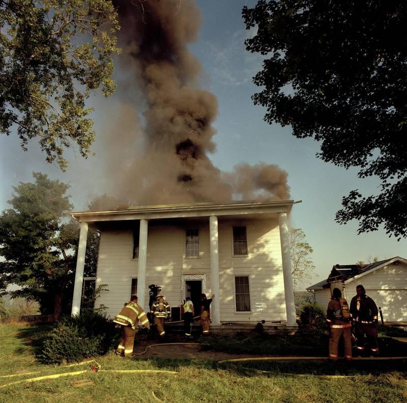 Homem pede namorada em casamento enquanto a casa do casal pega fogo