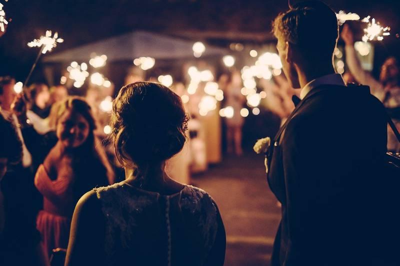 Noiva processa salão de festas após queda durante casamento.