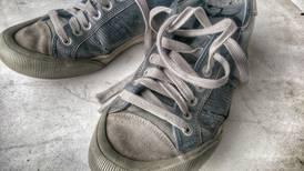 Mãe exige ser reembolsada após filho voltar da escola com os tênis novos rasgados