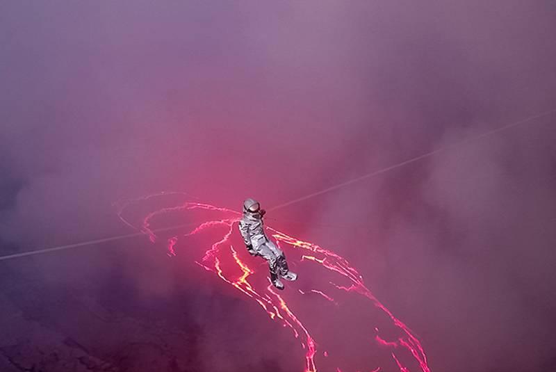 Brasileira faz travessia em lago de lava