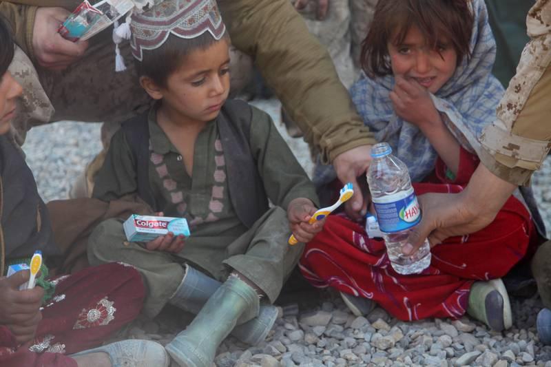 Crianças afegãs desembarcam no Reino Unido