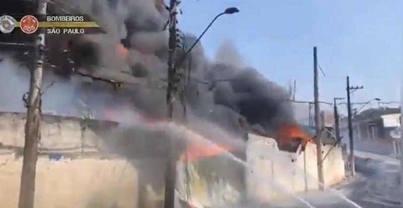 Incêndio atinge galpão em Barueri, SP