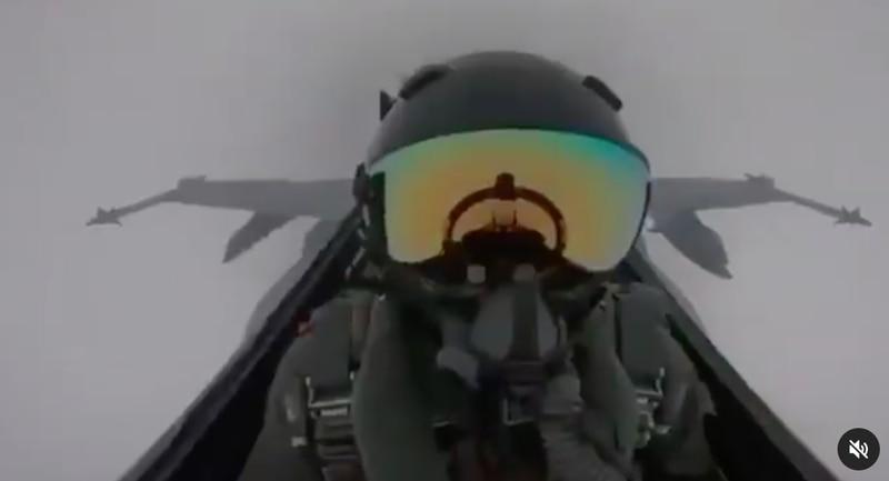 raio atinge avião