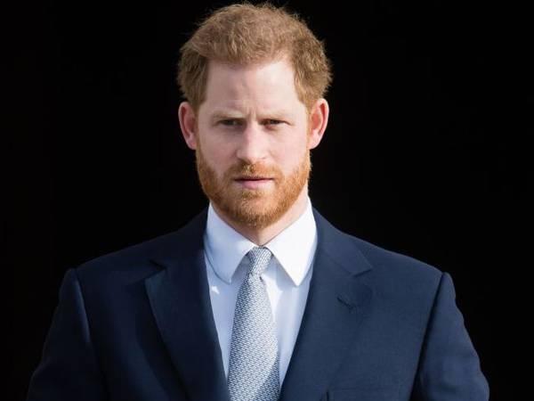 """Biógrafo da realeza diz que livro de Harry colocará príncipe Charles """"na linha de frente"""""""