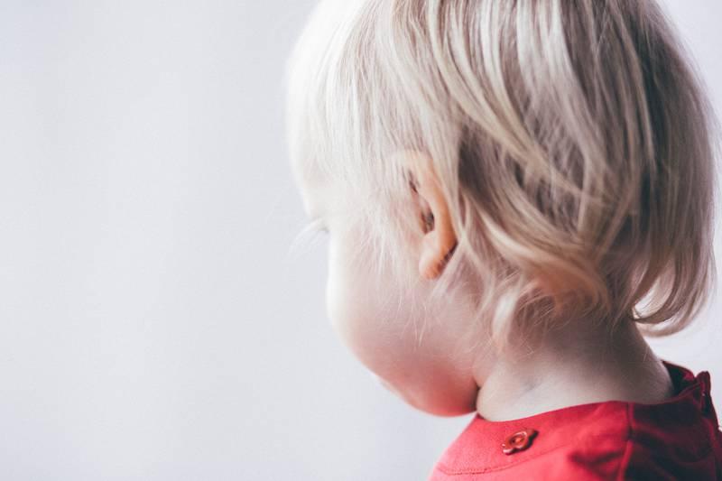 Mulher fura a orelha de criança sem consentimento da mãe
