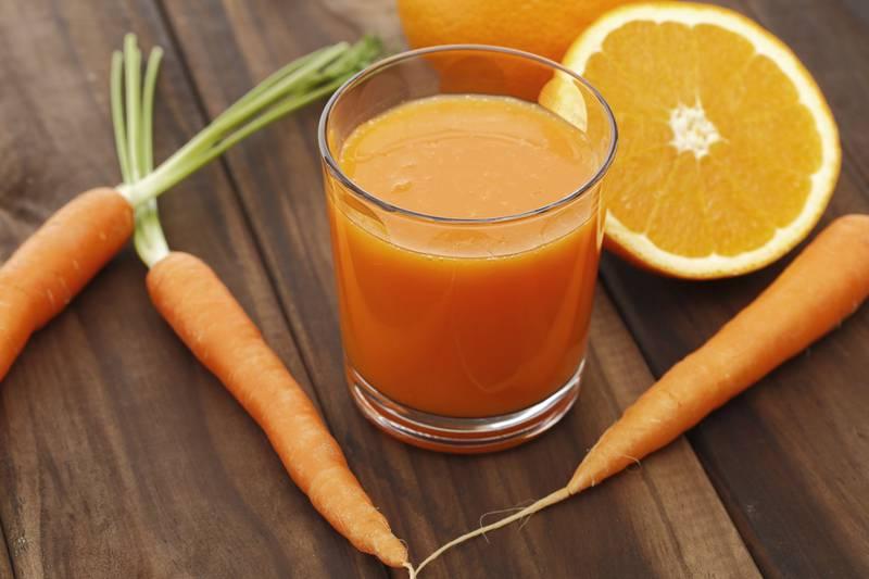 Quer garantir um bronzeado saudável? Este é o suco natural de 3 ingredientes que você deve tomar