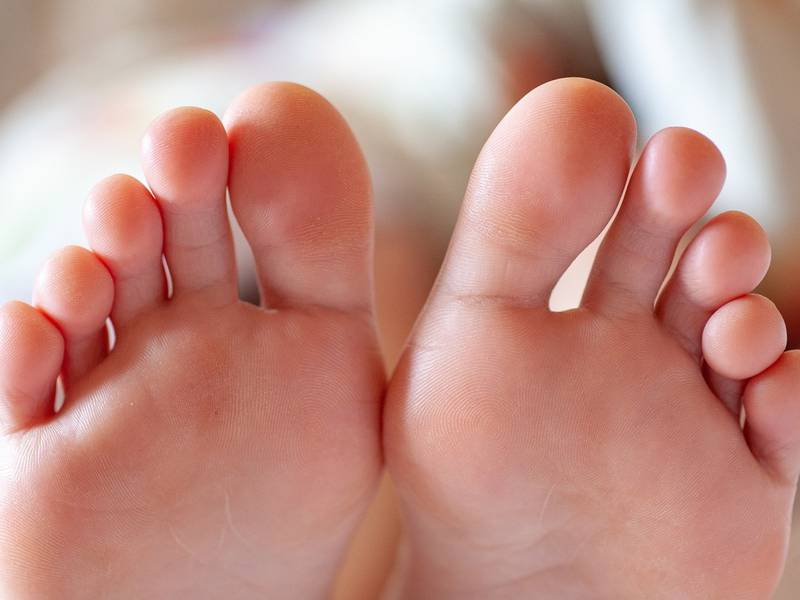 Homem ligou mais de 1200 vezes para serviço de emergência para falar de pés; fingia que era idosa