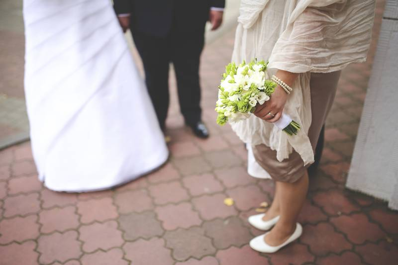 Noiva é criticada por escolher a cor dos vestidos de sua mãe e sogra no casamento