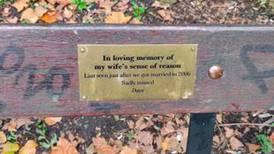 Homem cria um banco memorial para 'homenagear' sua esposa de uma forma inesperada